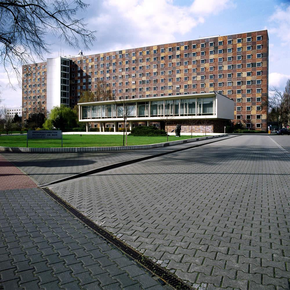 Oberfinanzdirektion mit langer Zufahrt, Frankfurt